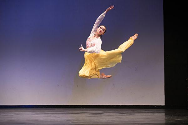 来自神韵艺术团的413号选手连旭9月20日下午在复赛中表演舞蹈剧目《赏春》。(戴兵/大纪元)