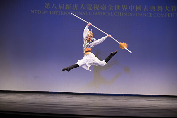 第八屆「全世界中國古典舞大賽」青年組金獎得主陳厚任,表演舞蹈劇目《精忠岳飛》。(戴兵/大紀元)