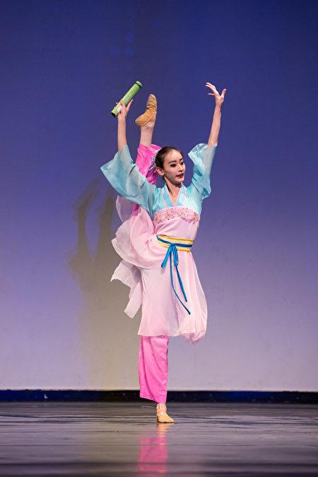 第八屆「全世界中國古典舞大賽」的少年女子組金獎得主黃悅,表演舞劇《春曉》。(戴兵/大紀元)