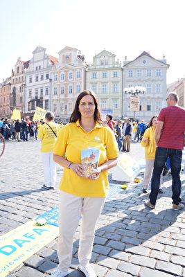 9月28日,Eyline Martini参加法轮功学员在布拉格的游行。(祝兰/大纪元)