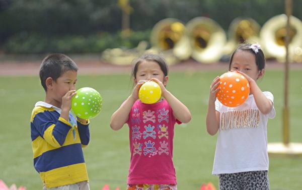 小朋友吹氣球比賽。(馬青/大紀元)