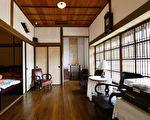 """我们看中了一间有百坪庭院的古老日式房舍。图为台湾金瓜石""""黄金博物馆""""园区内的四连栋日式宿舍内部房间。(龚安妮/大纪元)"""