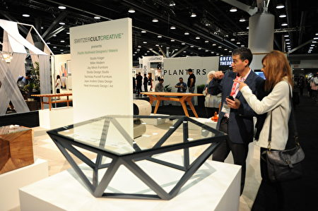 在温哥华室内设计展IDS上,Switzer Cult Creative创作的透明菱角桌。(童宇/大纪元)