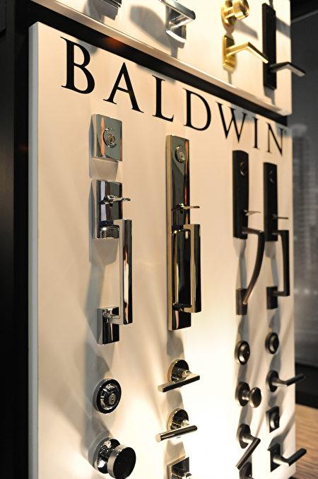 在温哥华室内设计展IDS上,Baldwin展出的各种高档门锁和门把。(童宇/大纪元)