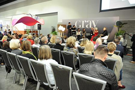 在温哥华室内设计展IDS上,由Gray杂志举办的论坛,设计师分享他们的设计理念。 (童宇/大纪元)