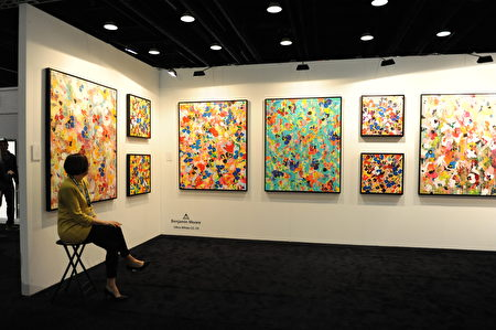 在温哥华室内设计展IDS上,由Benjamin Moore提供的色彩斑斓的壁画。 (童宇/大纪元)