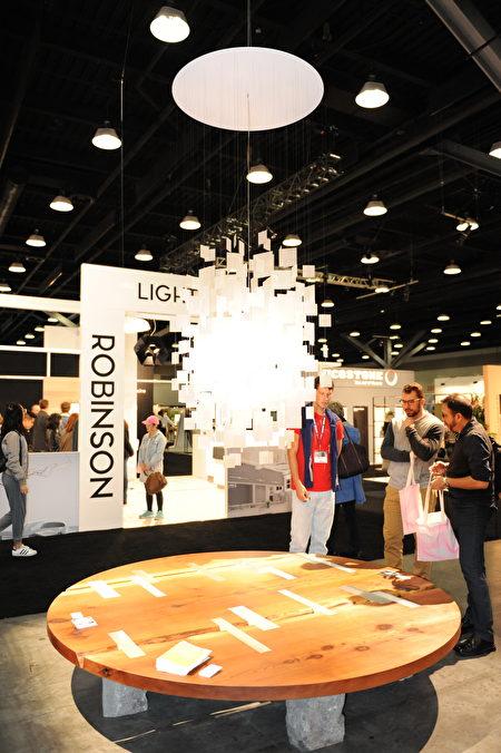 在温哥华室内设计展IDS上,由Robinson Lighting展出的灯具。(童宇/大纪元)
