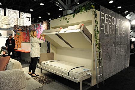 在温哥华室内设计展IDS上,由Resource Furniture家具制造展出的家具,展开是上下两张床,折叠后是一堵墙。他们的理念就是节省空间。(童宇/大纪元)