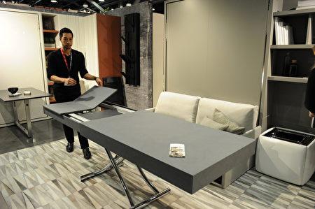 在温哥华室内设计展IDS上,由Resource Furniture展出的可伸缩桌子,他们的理念就是节省空间。(童宇/大纪元)