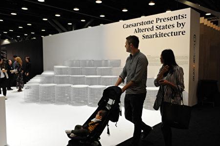 在溫哥華室內設計展IDS上,由Caesarstone設計的前衛大理石板凳,卻很少有人試坐一下。(童宇/大紀元)