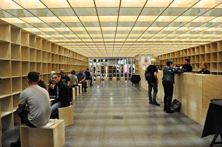 在温哥华室内设计展IDS上,由Lasalle College创意作出的木框酒吧。这个酒吧的天花板和四面的墙,全是由一个个木框搭建而成。(童宇/大纪元)