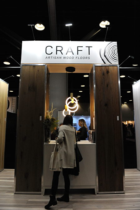 在温哥华室内设计展IDS上,由CRAFT Artisan Wood Floor展出的木质家具设计。(童宇/大纪元)