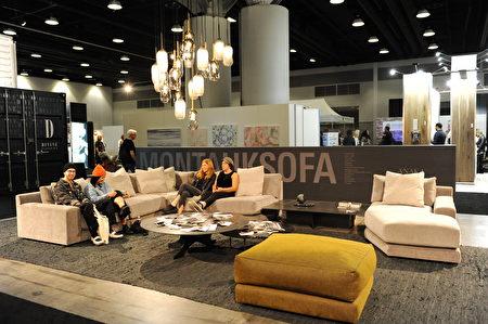 在溫哥華室內設計展IDS上,Montauk Sofa成了觀眾休息地。(童宇/大紀元)