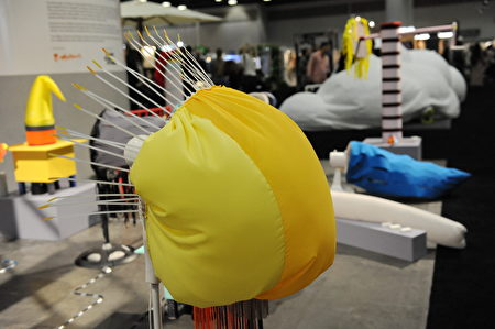 在溫哥華室內設計展IDS上,這個類似海底世界的動物,卻是一個帶了漏風罩的風扇,風變得非常柔和。(童宇/大紀元)