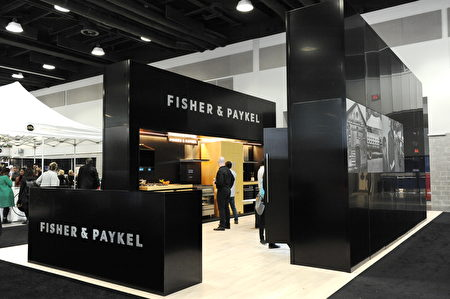 在温哥华室内设计展IDS上,由具有80多年历史的Fisher & Paykel展出的时尚黑家用电器。(童宇/大纪元)