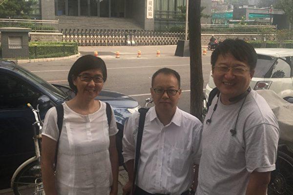 近日,「709案」涉案律師王宇(左)、張凱(右)、劉曉原(中)要求恢復執業,但遭相關部門「踢皮球」。(王宇提供)