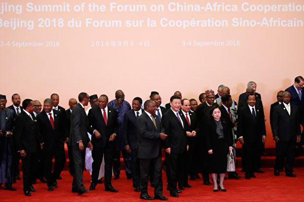 """""""中非峰会""""9月3、4日在北京召开;中共再向非洲提供600亿美元的援助,中共辟非洲市场""""效益""""受质疑。(HOW HWEE YOUNG/AFP/Getty Images)"""