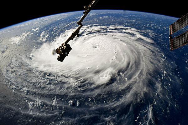 佛罗伦斯飓风继续向美国东海岸方向前进,正在产生高达83英尺(约25米)的巨浪。图为NASA空拍飓风图片。(NASA via Getty Images)