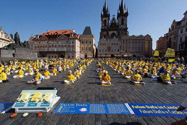 9月28日上午,上千名来自欧洲37国的法轮功学员在捷克首都布拉格市中心老城广场举行大型集体炼功。(Matthias Kehrein/大纪元)