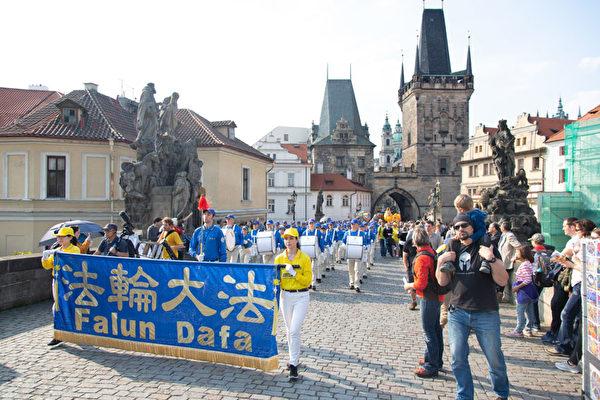 9月28日下午,以天国乐团打头的法轮功游行队伍浩浩荡荡穿过布拉格老城中心。(Max Xiao/大纪元)