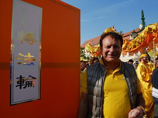 9月28日,来自德国的Harald M. Wayer参加游行。(张妮/大纪元)