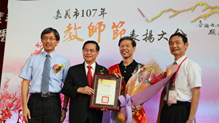 玉山國中教務主任鄭振銘(右2)榮獲師鐸獎,與市長涂醒哲、處長余坤龍(左)及校長陳建州(右)合照。
