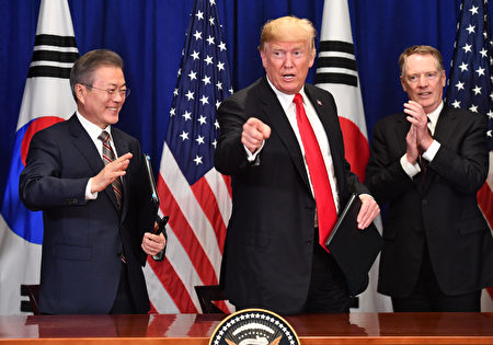 美國總統川普(右)和韓國總統文在寅於9月24日在紐約聯合國大會期間簽署修訂後的《美韓自由貿易協定》。
