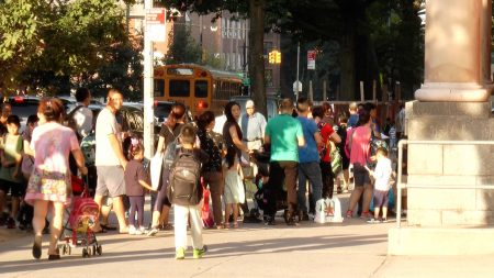 开学第一天,大批华人学生及家长在法拉盛公立第20小学门口等待开门。