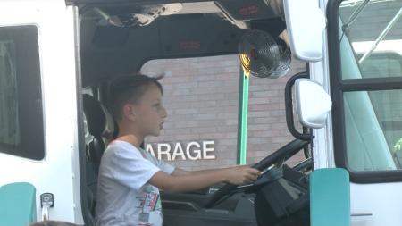 孩子們興奮地輪流上大卡車上體驗,轉轉方向盤,成為小小城市清潔員。