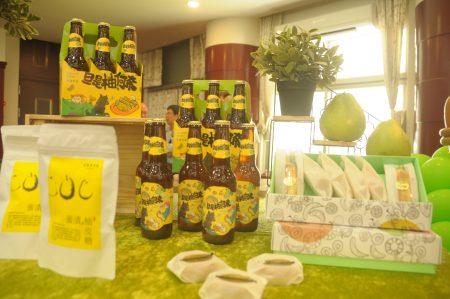 為了打破文旦柚是中秋節水果刻版印象,記者會中最引人矚目的是有機農場與廠商研發的「旦是柚何奈_文旦啤酒」、「青柚燒」、「文旦麵包」等伴手禮。