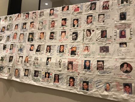 会场外挂着民众写满对殉难者祝愿话语的横幅。
