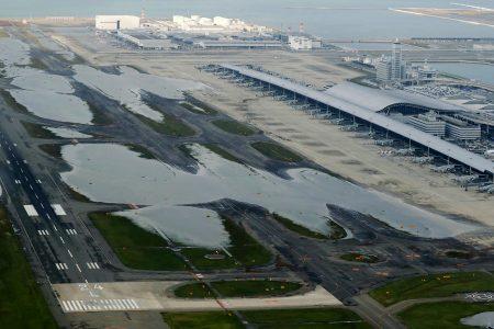 强台燕子4日侵袭日本,关西机场跑道大淹水,机场被迫关闭。