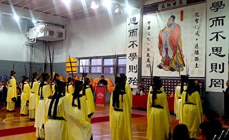 侨校学生身着古衣跳献礼的舞蹈。