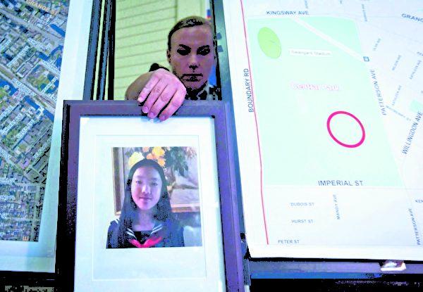 2018年9月10日,警方宣布申小雨案告破。圖為2017年7月19日,一名警官把13歲受害者申小雨的照片放在發現她的地圖附近,呼籲人們提供線索。(加通社)
