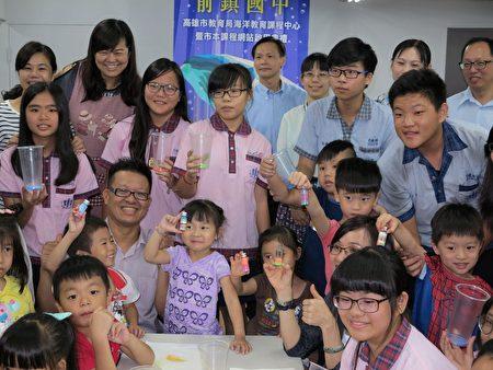 在海洋教育課程中,30位國中生與幼兒班幼童攜手共學,快樂完成「彩鹽許願瓶」。