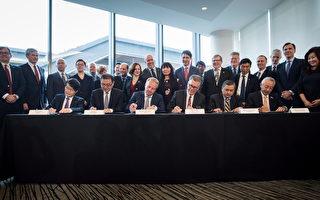 2018年10月2日,共同投资LNG Canada项目的五家外国公司总裁与LNG Canada执行长在温哥华签署建设该项目的最后投资声明。坐著者左起:韩国燃气公司Inkee Kim,中石油Wei Gao,壳牌公司的Maarten Wetselaar,LNG Canada执行长Andy Calitz,马来西亚国家石油公司的Adnan Zainal Abidin和三菱公司的Hidenori Takaoka。(加通社)