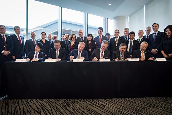 2018年10月2日,共同投資LNG Canada項目的五家外國公司總裁與LNG Canada執行長在溫哥華簽署建設該項目的最後投資聲明。坐著者左起:韓國燃氣公司Inkee Kim,中石油Wei Gao,殼牌公司的Maarten Wetselaar,LNG Canada執行長Andy Calitz,馬來西亞國家石油公司的Adnan Zainal Abidin和三菱公司的Hidenori Takaoka。(加通社)