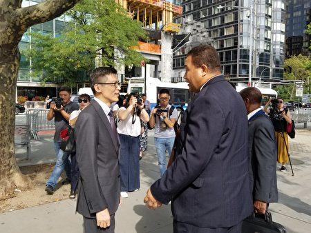 经文处副处长杨光彬向海地公使衔参事路易斯致意,感谢海地的支持。