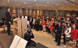 10月7日,中華民國駐法國代表處吳志中大使夫婦和700餘位僑界先進、留學生及社團會員歡聚一堂,共同為中華民國慶生。圖為吳大使領唱國歌。(駐法國台北代表處提供)