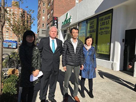 州参议员艾维乐(左二)在森林小丘居民臧东慧(右二)的陪同下,考察药用大麻店对社区的影响。