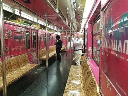 車體以臺灣紅為底色並以客家花為背景,讓列車呈現喜氣洋洋的歡樂氣氛。