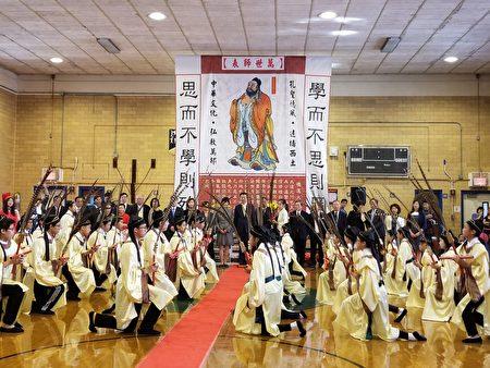 三十六名美東各中文學校學生在表演六佾舞(一)。