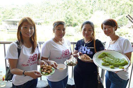 参与多元文化教育亲职教育的新住民们展示越南美食的学习成果。