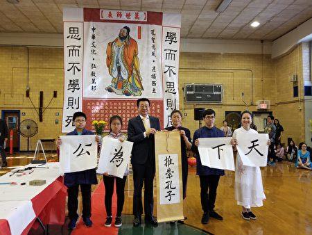 由侯如霞(右三)帶領四名學生作撰寫書法表演。