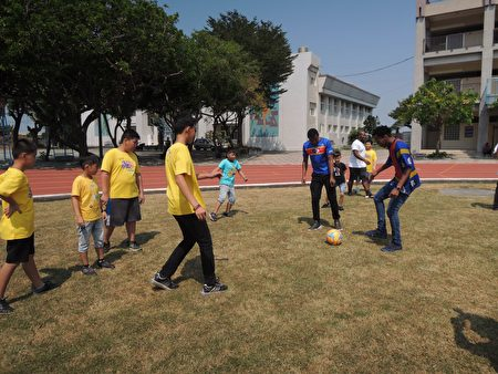 史国国际交换生指导彰化家扶学童足球技巧 。