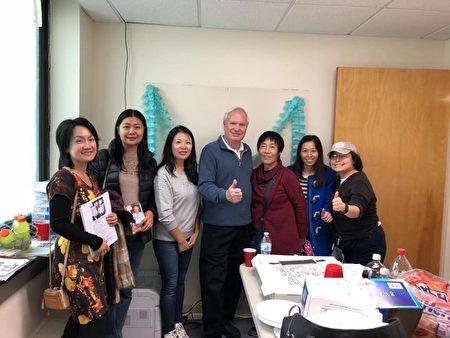 华人支持者为艾维乐庆生及筹款。