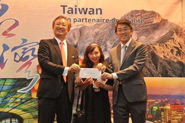 長榮航空巴黎分公司總主任王瑞裕在吳大使見證下抽獎送出機票(駐法國台北代表處提供)