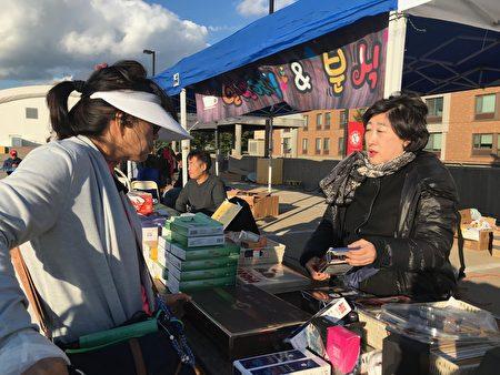 韓國豐收節在皇后大學舉行,韓國商家展示韓國的特產、化妝品。