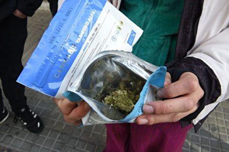數據表明,30%的大麻吸食者是上癮的,如果青少年開始吸,成癮率會上升4~7倍。 (/AFP/Getty Images)