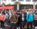"""9月13日,杭州P2P网贷平台""""抓钱猫""""200多位受害者到浙江省公安厅维权。(受访者提供)"""